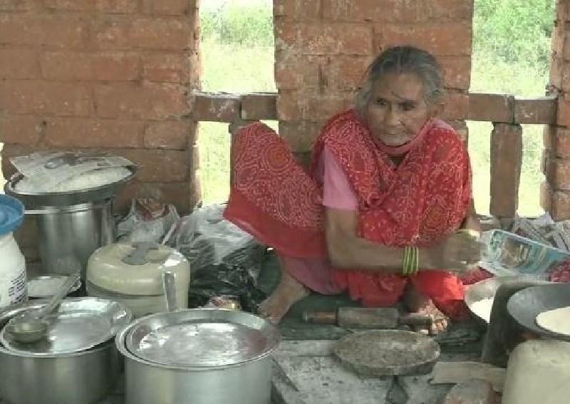 बेटों ने छोड़ा साथ अकेले ही स्टाल लगाती और खाना बनाकर गुजारा करती हैं आगरा की 'रोटी वाली अम्मा'