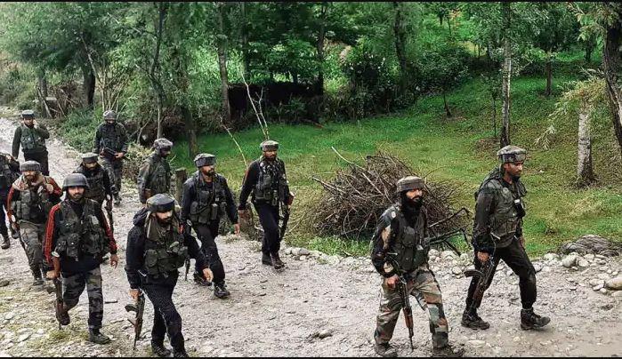 दक्षिण कश्मीर के शोपियां जिले में मुठभेड़ के दौरान 2 आतंकी हुए ढेर, 60 लाख की लूट में शामिल थे