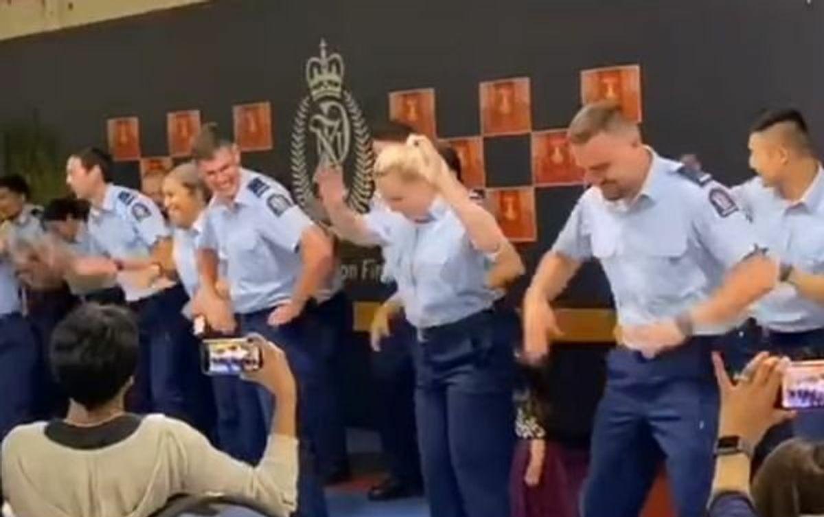 न्यूजीलैंड पुलिस ने दिवाली पर बॉलीवुड गाने पर किया डांस, देखें वीडियो