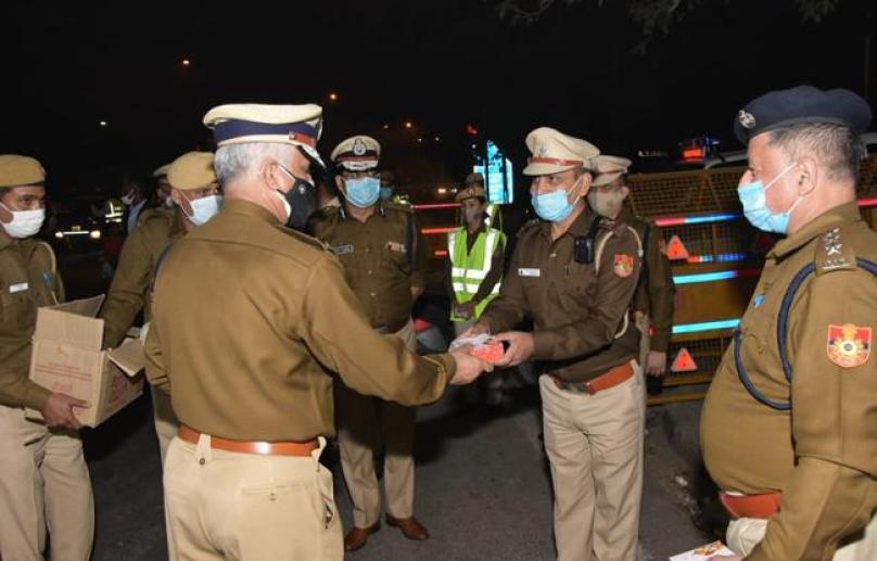 घर से दूर ड्यूटी पर तैनात पुलिसकर्मियों से मिले पुलिस कमिश्नर, दी दिवाली की शुभकामनायें मिठाई बांटी