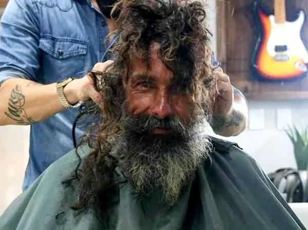 10 साल से ये शख्स लावारिस की तरह घूम रहा, मां ने मरा हुआ मान लिया , बाल दाढ़ी कटी बदल गयी ज़िन्दगी