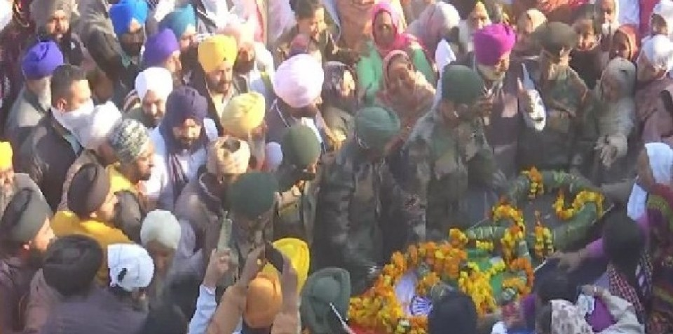 पिता दिल्ली में किसानो के हित के लिए कर रहे थे प्रोटेस्ट, बेटा सीमा पर हुआ देश के लिए शहीद