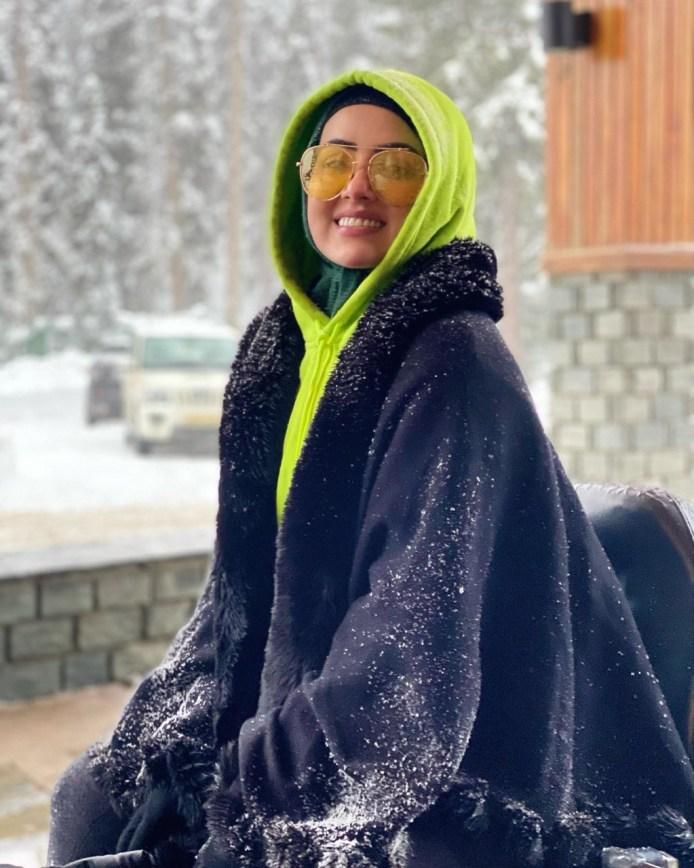 शौहर की बाहों में कश्मीर की बर्फबारी का मजा ले रही है सना खान, तस्वीरें आई सामने