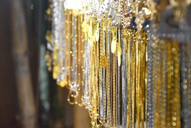 Gold Price: सोने की कीमत में आई उम्मीद से ज्यादा गिरावट, जानिए क्या है 1 तोला गोल्ड का रेट