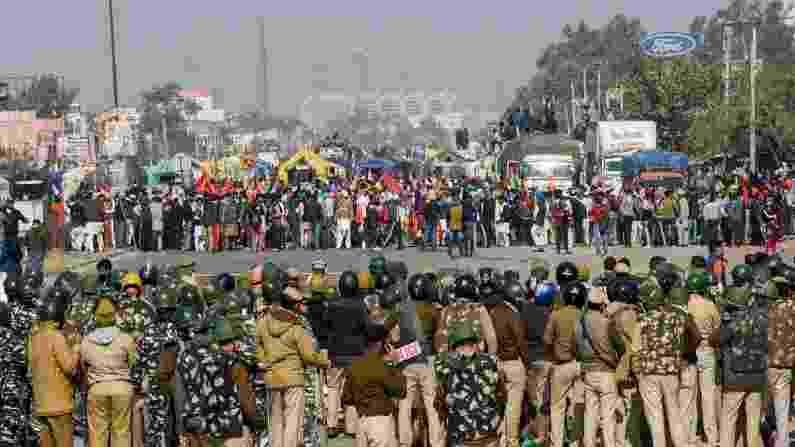सिंघु बॉर्डर पर तनावपूर्ण स्थिति के बीच पुलिस ने दागे आंसू गैस के गोले