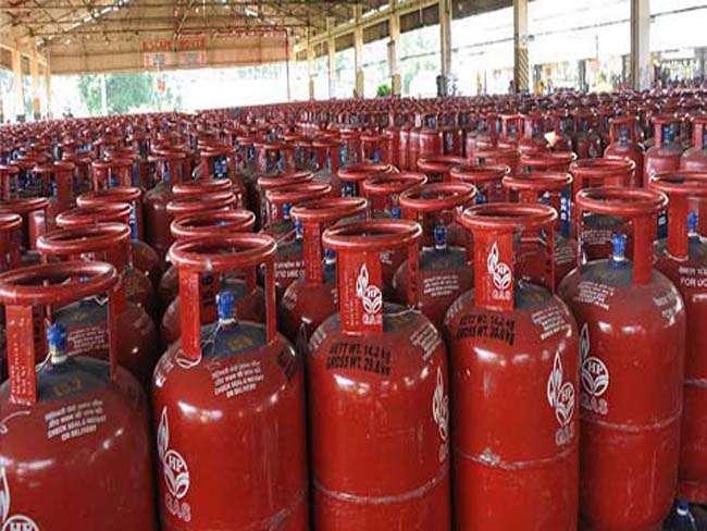 Lpg Cylinder Price: 122 रूपये सस्ता हुआ गैस सिलेंडर, भरवाने से पहले चेक कर लें नई कीमत