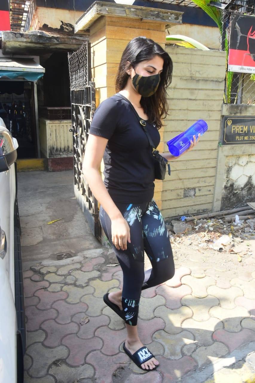 रिया चक्रवर्ती से जिम से निकलते समय पैपराजी ने पूछा- कैसी हैं? अभिनेत्री ने दिया ये जवाब