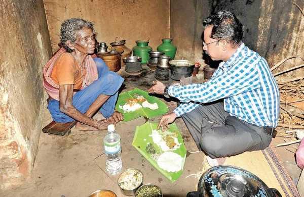 वृद्ध गरीब महिला के घर खाना खाने पहुंचे Dm साहब, लौटते हुए दे गये घर और वृद्धा पेंशन