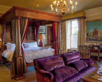 मुकेश अंबानी ने 592 करोड़ में खरीदा इंग्लैंड का ये आलीशान महल, जानिए क्या है इसकी खासियत