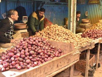 Onion And Potato Price: आलू और प्याज की कीमतों में आई भारी गिरावट, हरी सब्जियां हुईं महंगी, जानिए क्या हैं नये भाव