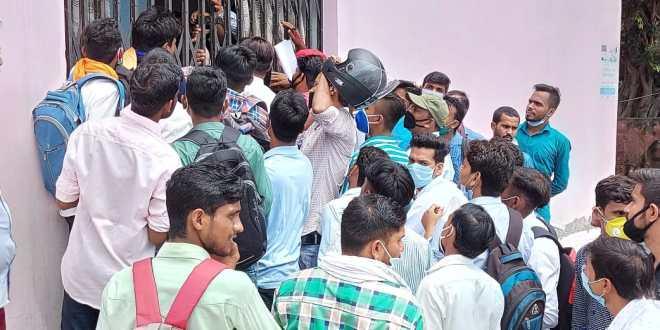 संविदा कर्मियों की भर्ती के लिए उमड़ी भीड़,सोशल डिस्टेंसिंग की उड़ी धज्जियां
