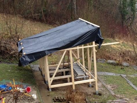Dach wegen Wetterbericht provisorisch abgedeckt.