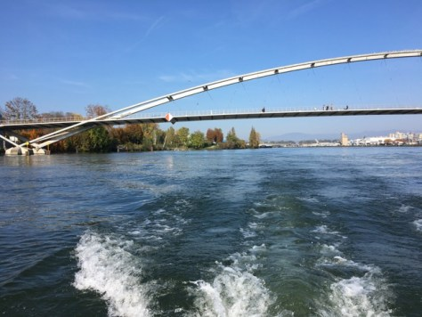 Blick Rheinabwärts: Fussgängerbrücke Deutschland - Frankreich.