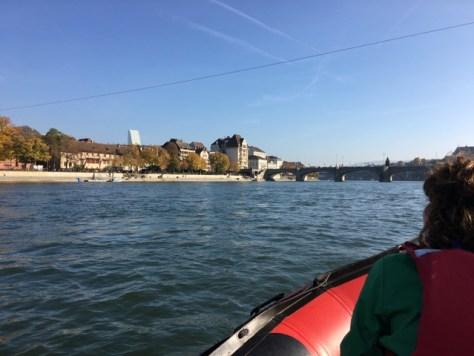 Kurz vor der mittleren Rheinbrücke, im Hintergrund der Roche-Tower.
