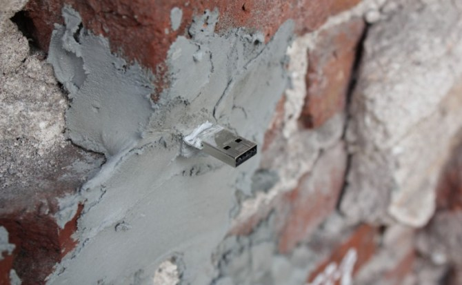 """¿Esto es arte?: Dead Drops, memorias USB en paredes para crear una """"ciudad P2P offline"""""""