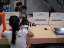 Niños dentro de la tienda falsa de Apple