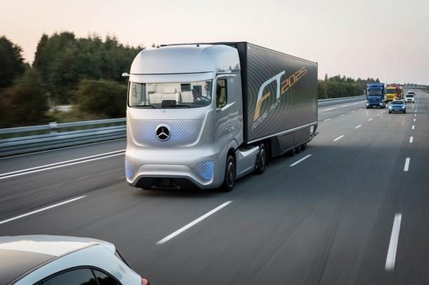 Camión eléctrico y semi-autónomo de Mercedes Benz. Tesla está trabajando en uno parecido.