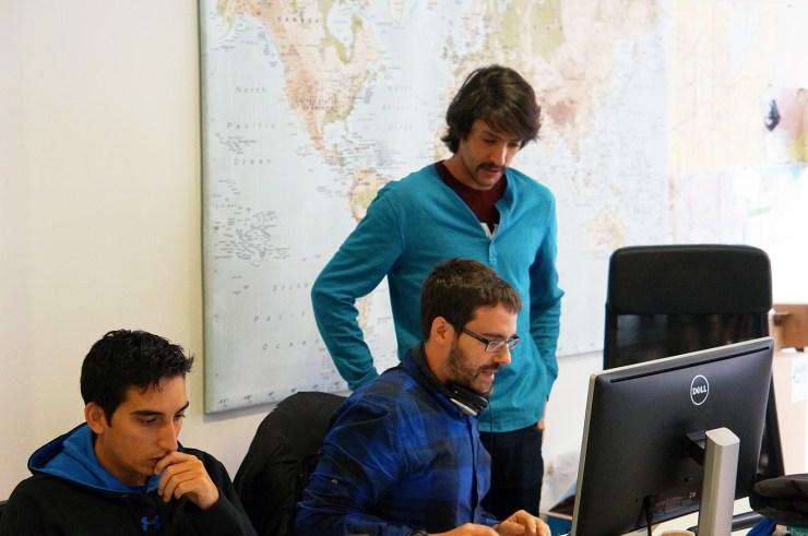 Sergio Álvarez Leiva, fundador de CartoDB, junto a Daniel y Emilio, parte del equipo.