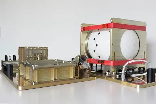 Izquierda:  cámara con sensor infrarrojos. Derecha: escudo de cerámica.