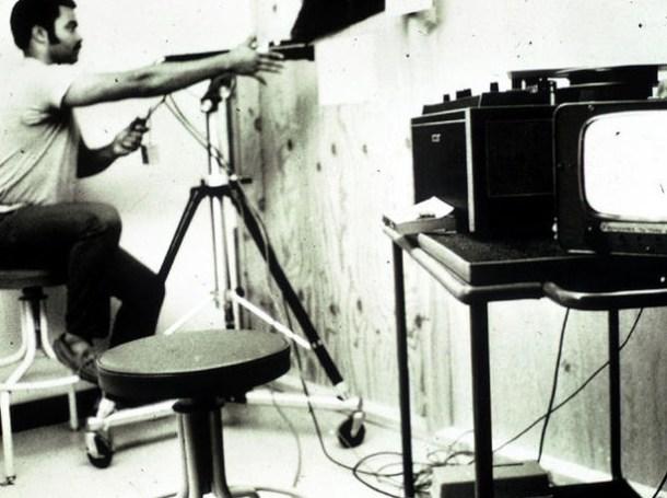 El acondicionamiento de los sótanos no fue solo para darle la apariencia de una cárcel, sino también para habilitar los entornos de observación y grabación para los investigadores. Foto de Philip Zimbardo, vía <a href=