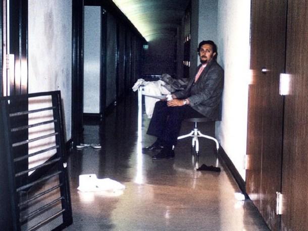 Zimbardo esperó durante toda la noche en la salida tras el rumor de fuga. Como los participantes, acabó actuando como un superintendente real. Las líneas entre realidad y ficción se difuminaron. Foto de Philip Zimbardo, vía <a href=