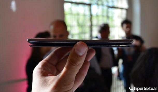 El cuerpo es ligeramente curvo. Mucho menos que el LG G Flex 2, pero está ahí. Y se agradece ligeramente cuando lo usamos con una mano.