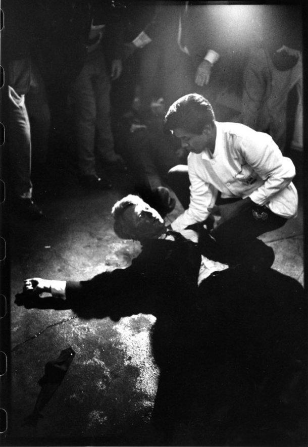 Instantes después del asesinato de RFK, en los que Juan Romero, empleado del hotel, intenta consolarle. Fuente: Life