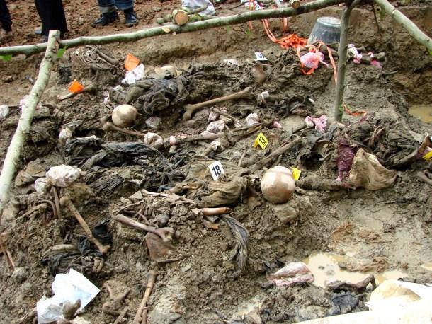 Exhumación de restos en una fosa común en Srebrenica, 2007. <a href=