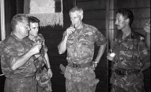Mdalic y Karremans bebiendo aguardiente tras la charla en la caída de Srebrenica. <a href=