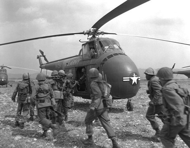 Los relatos de militares americanos capturados durante la Guerra de Corea sentó las bases de lo que sería MKUltra. <a href=