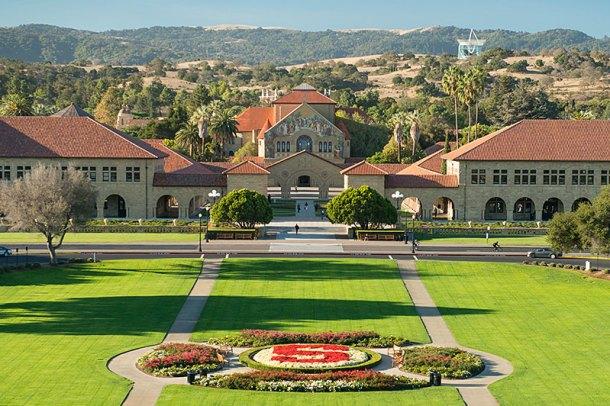 Campus de la Universidad de Stanford, una de las más de 80 instituciones implicadas dentro de MKUltra. <a href=