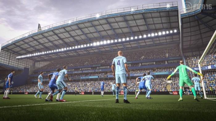 Al centro, la roca Kompany, justificadamente bajada de nivel en FIFA 16.