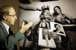 El fotógrafo, retratado ante su obra. Fuente: ElMundo