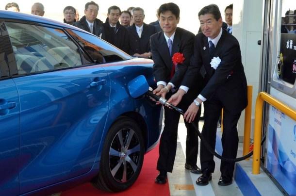 Directivos de Tokyo Gas Co. repostando el Toyota Mirai FCV.