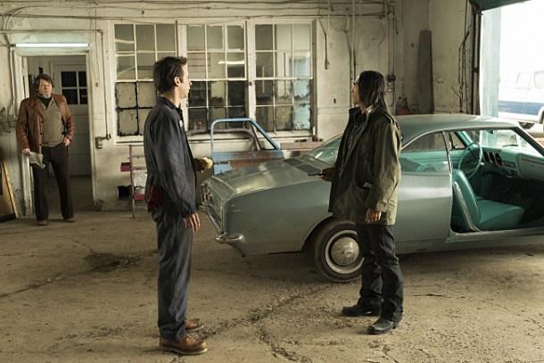 El matón Hanzee visita el taller donde se encuentra el coche de los Blomquist.