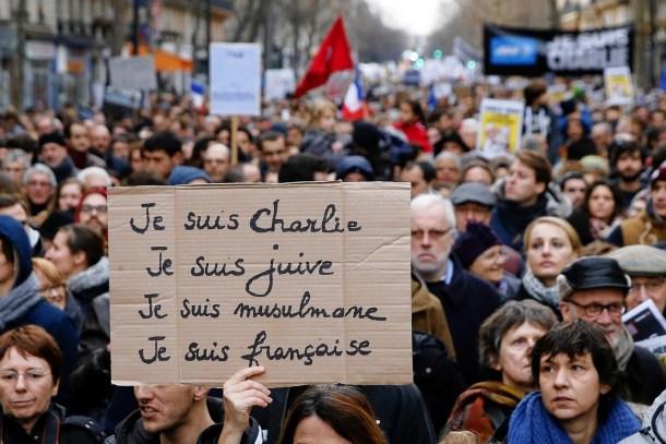 """Una mujer sostiene un cartel que dice """"Yo soy Charlie, Yo soy judía, Yo soy musulmana, Yo soy francesa"""""""