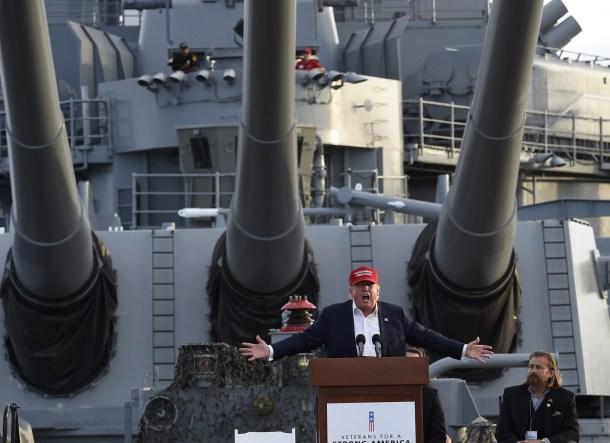 Donald Trump da un discurso sobre la seguridad nacional americana a bordo de un portaaviones de la II Guerra Mundial. AFP - Robyn Beck.