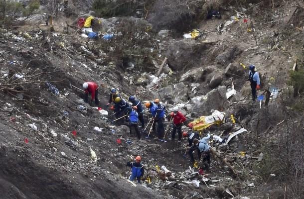 Policías e investigadores franceses tras el siniestro del avión de Germanwings. AFP - Anne-Christine Poujoulat.