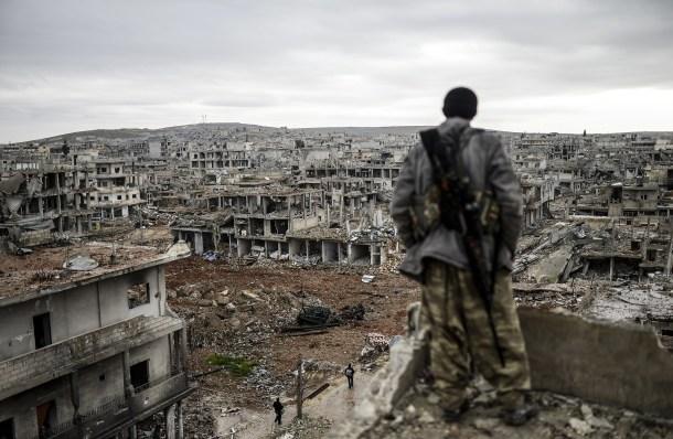 Un francotirador kurdo frente a Kobane, ciudad siria destruida por la guerra. AFP - Bulent Kilic.