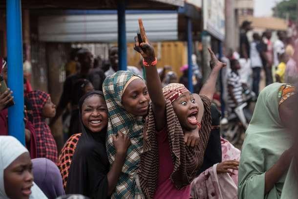Nigerianos celebrando la victoria presidencial de Mohammadu Buhari. AFP - Nichole Sobecki.