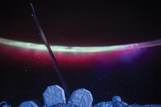 La tierra rodeada por auroras boreales con el Sol en el fondo. Reuters | Scott Kelly | NASA