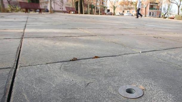 Uno de los tubos de suelo de la fuente sospechosa de la estación de autobuses de Manzanares, donde se habrían encontrado cepas de Legionella | Foto: M. Cieza