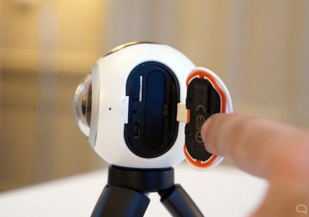 La tapa que protege el conector microUSB, la batería extraíble y la microSD.