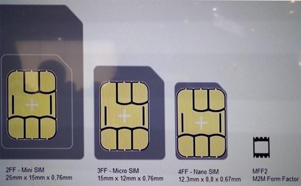 A la derecha, uno de los microchip que sustituirá a los que incorporan las SIM actuales.