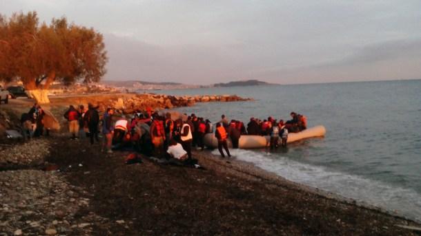 Llegada de la barca de iraníes a Mytilini.