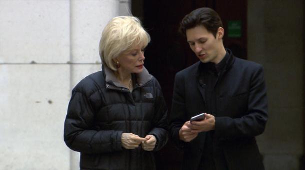Stahl entrevistando a Durov en las calles de París. CBS News.