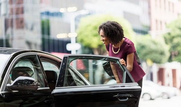 Clienta accediendo a un coche de Uber