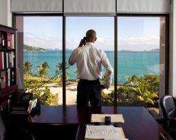 M. Smith, Secretario de Finanzas de las Islas Vírgenes, fotografiado en su despacho. En este país hay registradas 800.000 empresas para un territorio de 28.000 habitantes