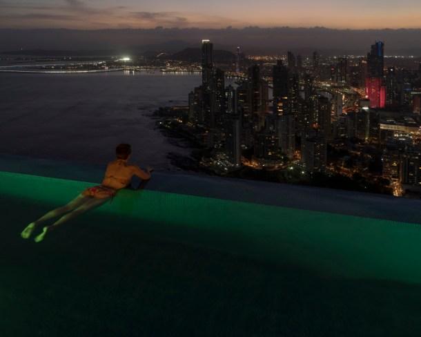 Por la noche, muchos de los apartamentos en los rascacielos de Panamá están a oscuras porque están sin ocupar. Es el resultado de la burbuja inmobilaria generada en parte por el dinero de la droga procedente de Colombia y Venezuela, blanqueado en sociedades panameñas. Fuente: GabrieleGalimberti
