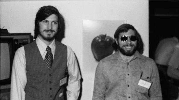 Steve Jobs y Steve Wozniak posan en las demos del Apple II.